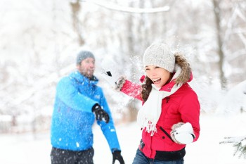 couple-enjoying-a-snowball-fight-in-the-Smoky-Mountains